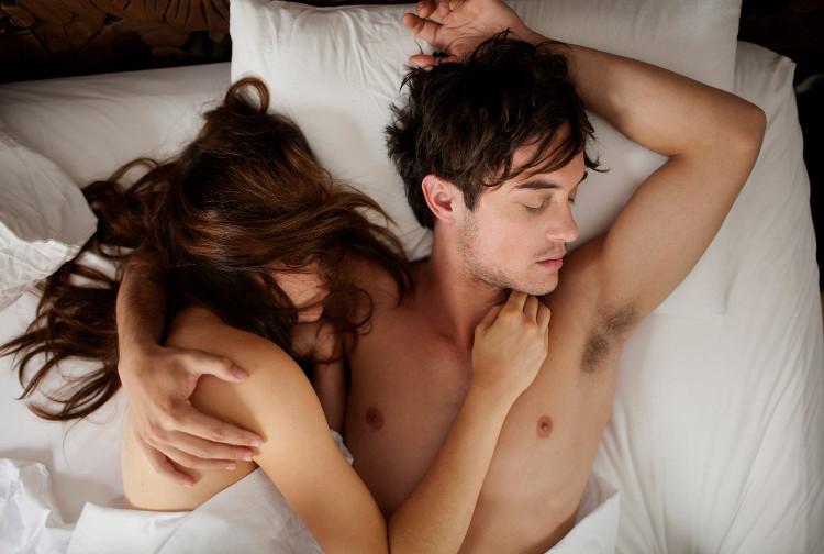 Nếu bạn cởi trần khi ngủ hoặc không đắp chăn - hiển nhiên cơ thể sẽ rất dễ bị cái lạnh xâm nhập.