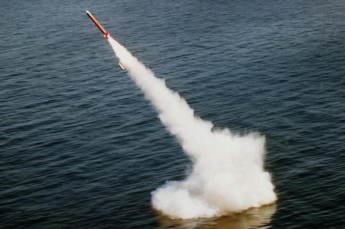 Tên lửa Tomahawk bay từ tàu ngầm.