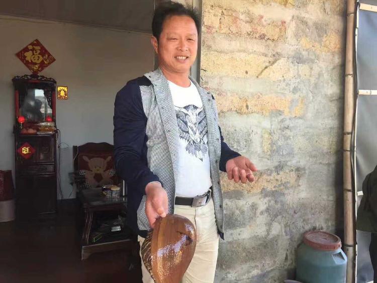 Ông Zhang cầm vỏ ốc xà cừ.