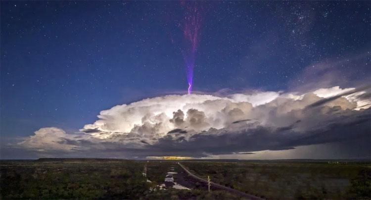 Tia sét màu tím kỳ lạ phóng ra từ trên đỉnh đám mây.