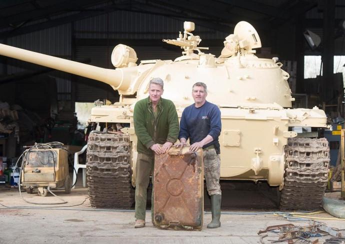 Nick Mead (trái) và Todd Chamberlain bất ngờ khi phát hiện những thỏi vàng trong chiếc xe tăng cũ.