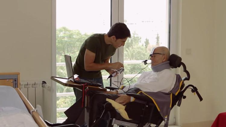 Ivo Vieira đang tiến hành thử mẫu kính EyeSpeak cho cha mình.