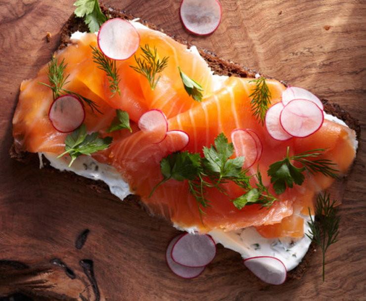 Bánh mì kèm cá hồi hun khói là món ăn sáng phổ biến tại Na Uy.