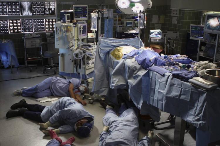 Toàn bộ ekip ca cấp cứu mất kiểm soát và ngất xỉu đột ngột.