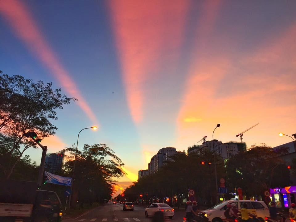 Bầu trời chia màu xanh - đỏ rực rỡ từ đại lộ Nguyễn Văn Linh.