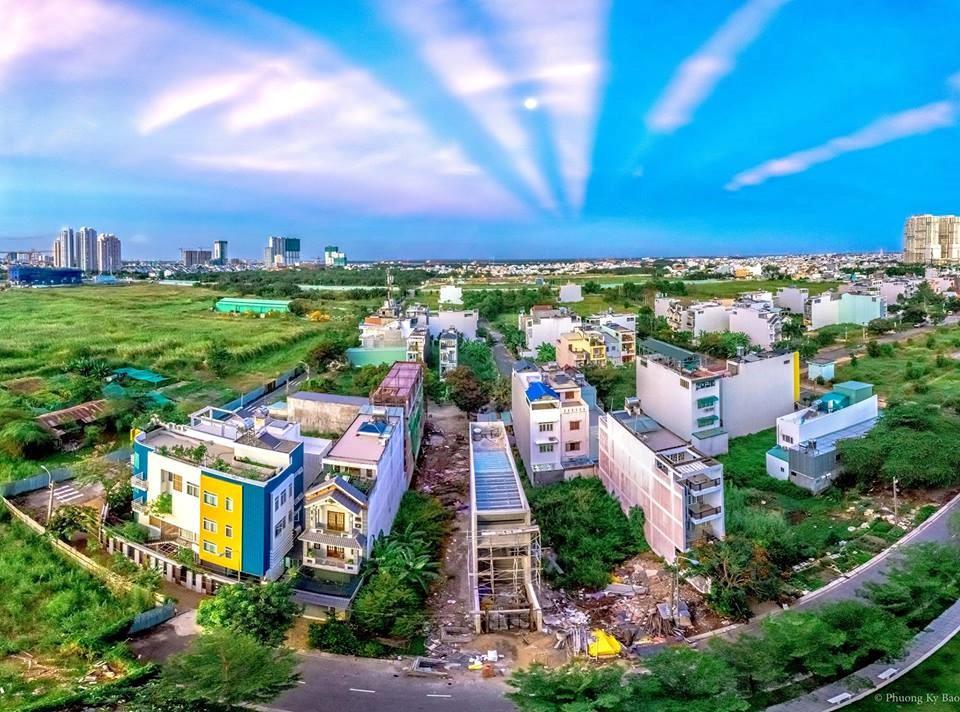 """Chiều ngày 9/4, những đường nắng hình """"rẻ quạt"""" xuất hiện bất ngờ trên bầu trời Sài Gòn"""
