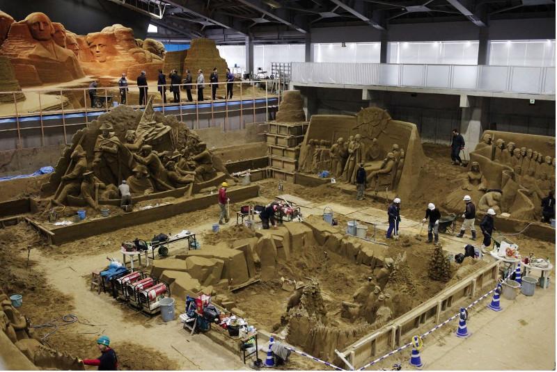 Các nghệ sỹ làm việc 9 tiếng mỗi ngày để tạo nên những tuyệt tác từ cát.