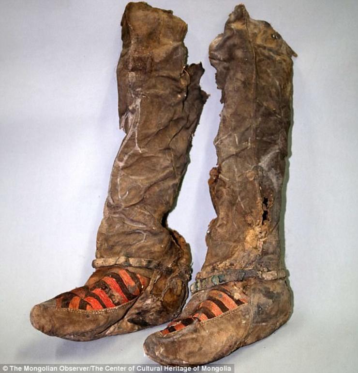 Đôi giày của người phụ nữ Mông Cổ sau khi được làm sạch và phục dựng.