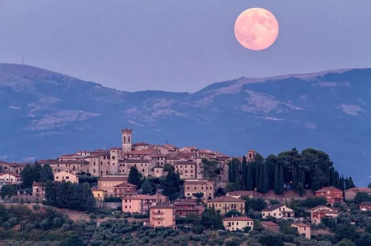 Mặt Trăng dường như đi theo khi chúng ta di chuyển