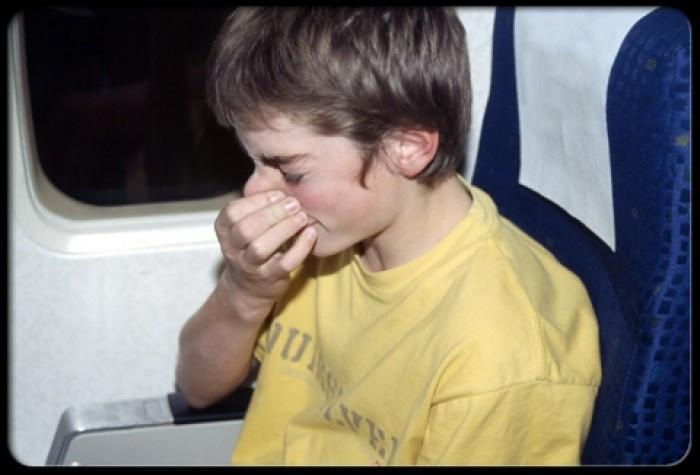Để tránh triệu chứng này, hãy luôn nuốt nước bọt, ngáp hoặc tự bịt hai lỗ mũi rồi ngậm miệng thở ra để tự cân bằng