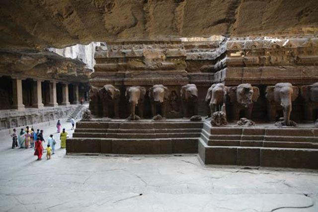Ngôi đền được tạc theo chiều dọc từ trên xuống, vì nó được xây dựng để có thể nhìn thấy từ trên cao như trong sơ đồ trên.