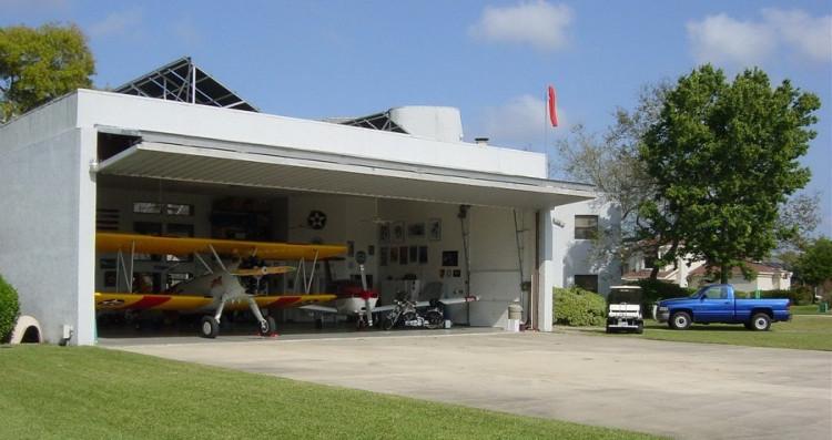 Thay vì có garage ô tô, người dân sử dụng nhà chứa máy bay.