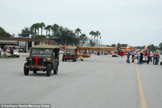 Du khách có thể lái xe quanh thị trấn mà không nhận ra đây vốn là những đường băng.