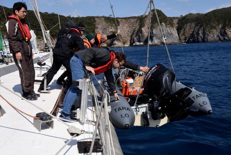 Các nhà khoa học tiến hành cuộc thám hiểm Shikine trên con tàu Tara