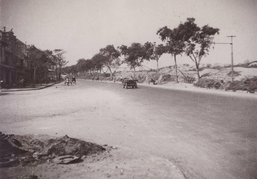 Trên đường ven đê sông Hồng, chụp từ gầm cầu Long Biên, Hà Nội năm 1950.