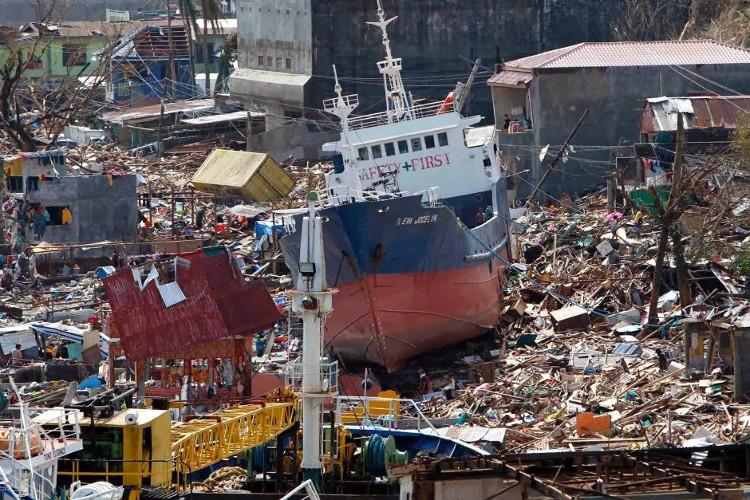 Bão Haiyan khiến 6000 người thiệt mạng tại Philippines.