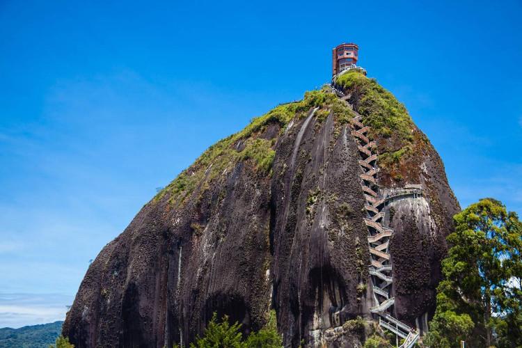 Những bậc thang được xây dựng dọc theo rãnh của núi giúp du khách leo lên đỉnh núi dễ dàng hơn.