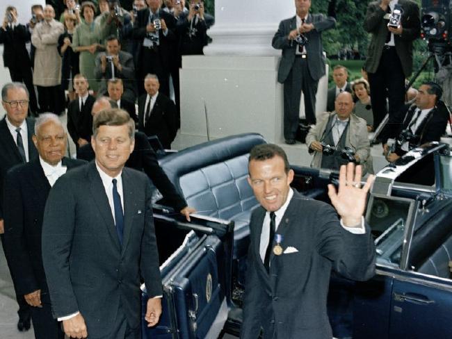 Phi hành gia NASA Gordon Cooper (phải), đứng bên cạnh cố Tổng thống Mỹ John F. Kennedy.