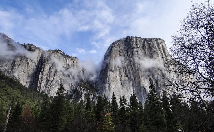Núi El Capitan là một tảng đá granite nguyên khối cao 914 mét.
