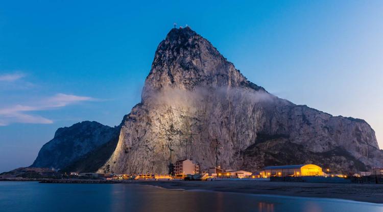 Anh quốc đã quản lý và khai thác tảng đá Gibraltar từ năm 1713 bởi nó nằm tại vị trí chiến lược quan trọng.