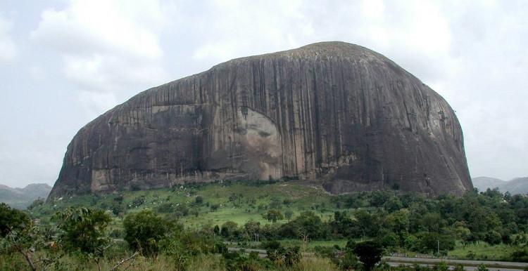 Tảng đá Zuma nằm cạnh cao tốc dẫn đến thủ đô Abuja của Nigeria.