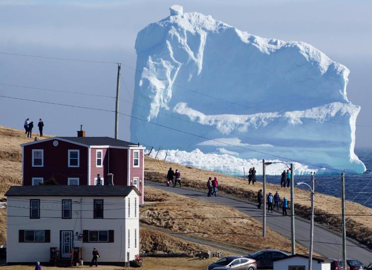 Những tảng băng có tuổi đời lên đến 10.000 năm trôi dạt qua vùng biển của thị trấn Ferryland.
