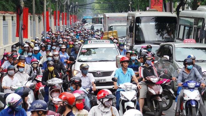 Tắc nghẽn giao thông vào trưa nắng dễ làm bạn ngộ độc khí ozon