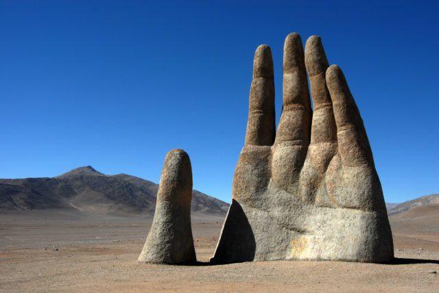 Một bàn tay nhô lên trông giống như tàn tích của một nền văn minh bị lãng quên