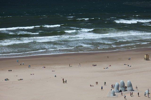Bàn tay ngập trong cát ở Maldonado, Uruguay