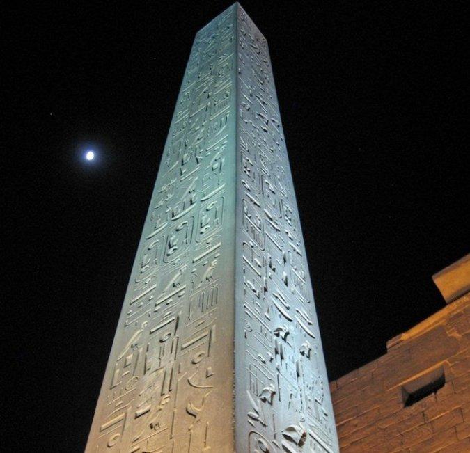 Một trong các tượng đài nổi tiếng nhất hiện vẫn nằm tại lối vào đền thờ Luxor