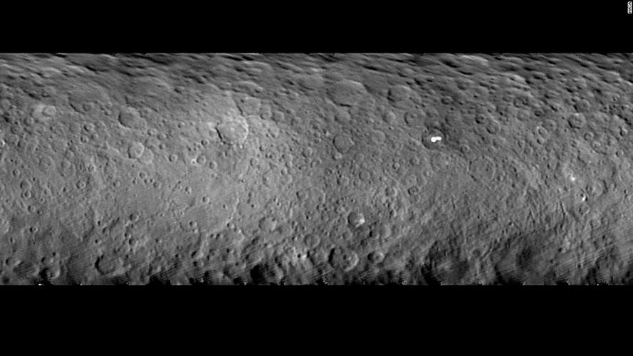 Vết tích của hàng loạt hiện tượng sạt lở đất, băng đá ngay một vùng vĩ độ thấp của hành tinh lùn Ceres