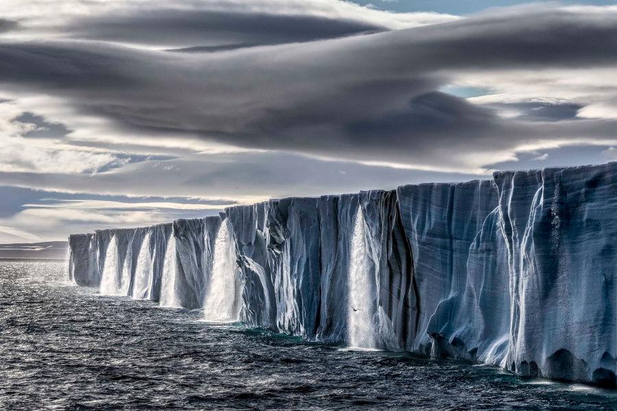 Nước chảy ra từ những tảng băng khổng lồ ở đảo Nordaustlandet, thuộc quần đảo Svalbard của Na Uy