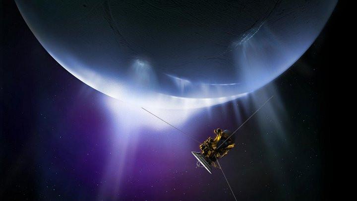 Hình ảnh phi thuyền Cassini với hành trình bay giữa Sao Thổ và hành tinh của nó