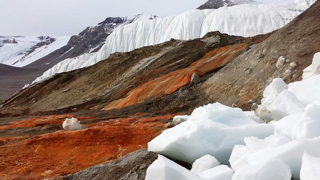"""Màu đỏ của """"Thác máu"""" là kết quả của sự kết tủa oxit sắt khi nước muối mang oxit sắt kém bền tiếp xúc với oxy trong không khí."""