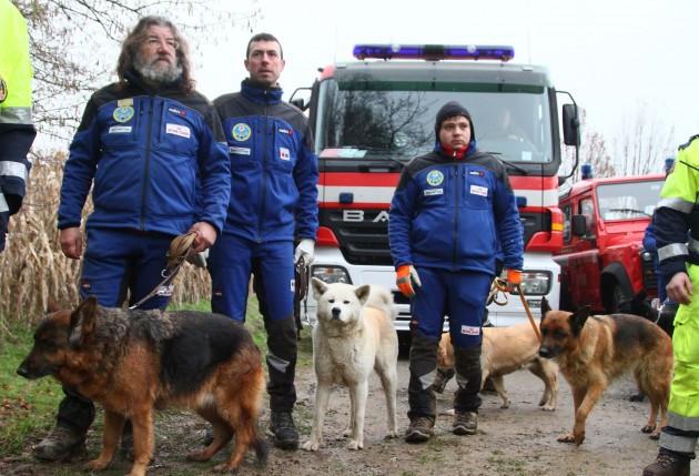 Cảnh sát Italy dẫn theo chó nghiệp vụ điều tra hiện trường.