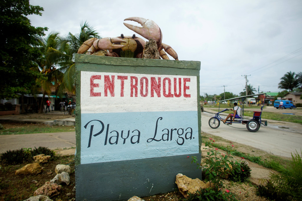 Một bức tượng con cua lớn đặt ở ngõ vào thị trấn Playa Larga, nằm bên bờ vịnh Con Lợn.