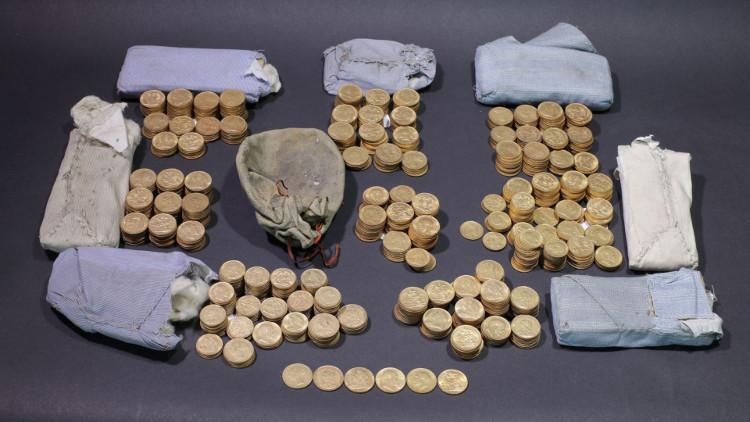 Bộ sưu tập đồng xu vàng được phát hiện trong chiếc đàn piano cổ.