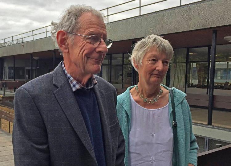 Vợ chồng Graham Hemmings - người đã tặng cây đàn chứa túi tiền vàng trị giá nửa triệu bảng Anh cho một trường học.