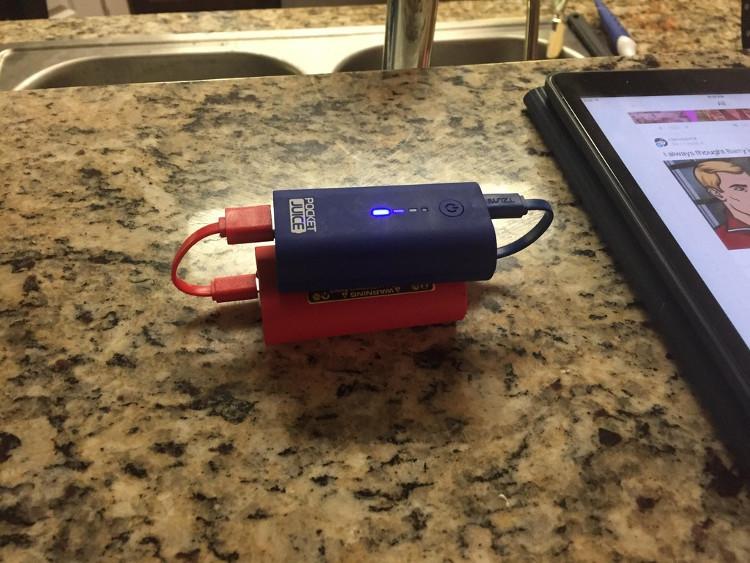 Điện năng từ hai viên pin dự phòng truyền sang cho nhau sẽ không tồn tại vĩnh cửu đâu.