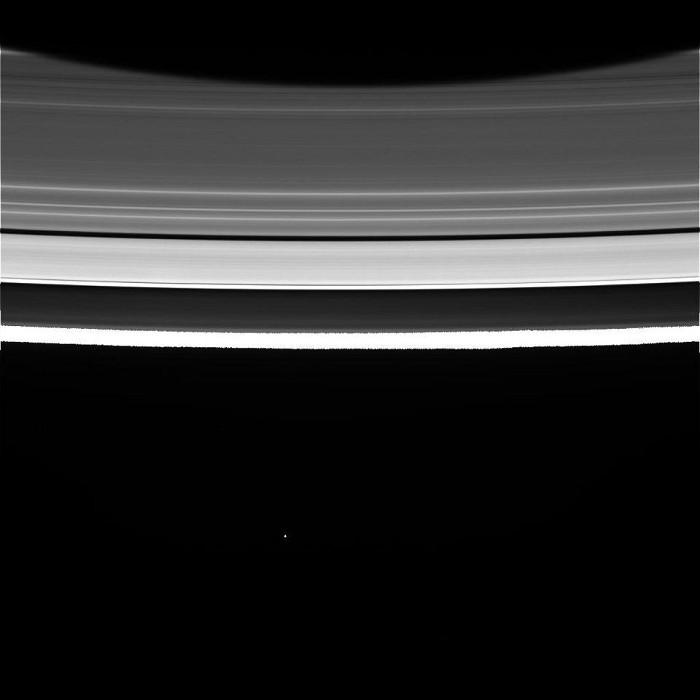 Một vệ tinh của Sao Thổ nhìn từ các vành đai Sao Thổ
