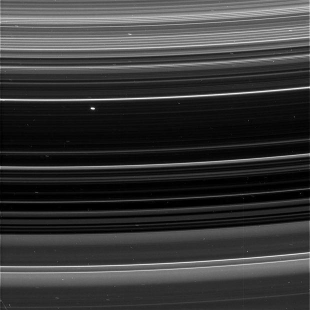 Những vành đai nhỏ của Sao Thổ, chỉ mảnh như những sợi dây
