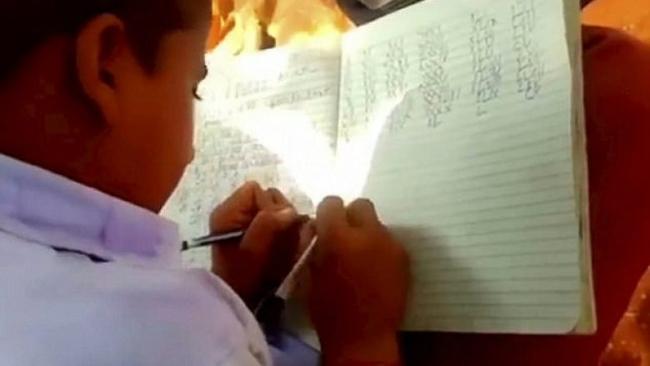 Một tiết học rèn luyện kỹ năng viết bằng hay tai tại trường Veena Vandini
