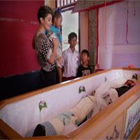 """Kỳ lạ phong tục """"sống với người chết"""" ở Indonesia"""