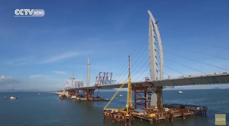 Cây cầu này giúp thời gian đi từ Hong Kong đến hai địa điểm còn lại giảm từ ba tiếng lái xe xuống 30 phút.