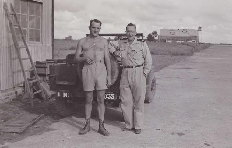 Sĩ quan không quân Pháp ở sân bay Gia Lâm.