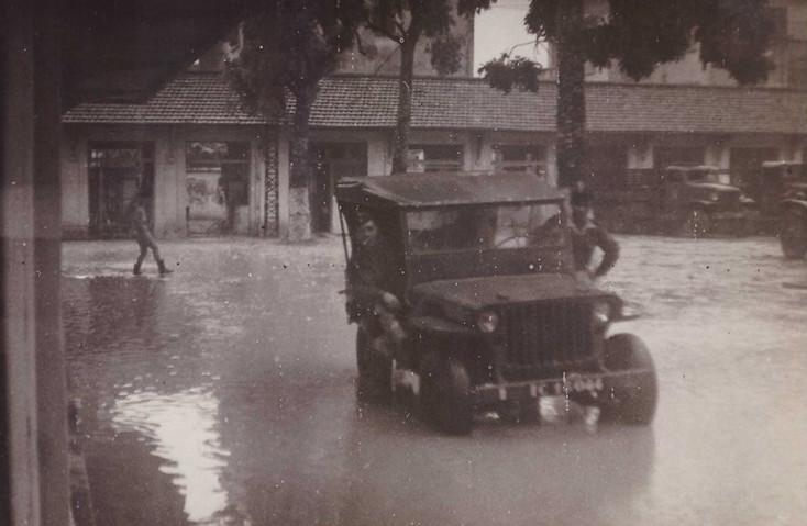 Nước ngập khu doanh trại khi trời mưa.