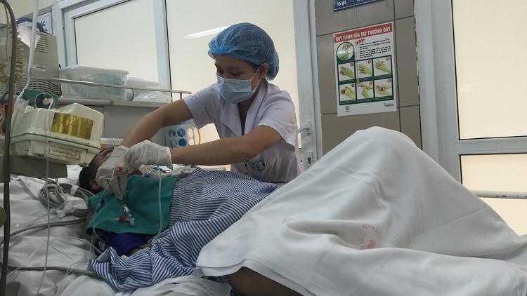 Chăm sóc cho bệnh nhân bị rắn cắn tại Trung tâm Chống độc.