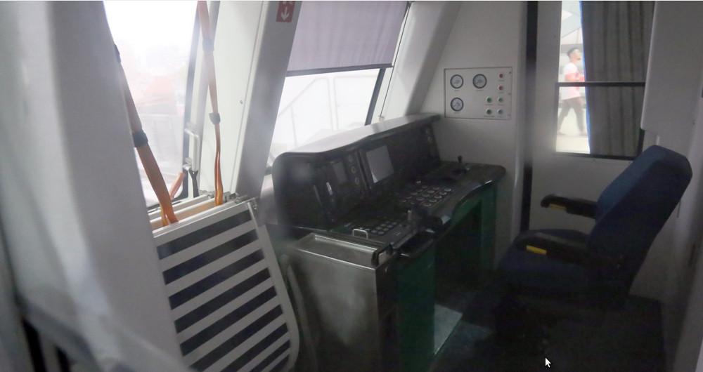 Buồng lái tàu rộng khoảng 5m2, ghế lái nằm ở góc phải.