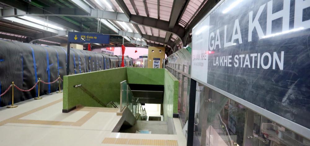 Từ tầng 2 xuống khu trưng bày của nhà ga mẫu La Khê có thể đi bằng cầu thang bộ và cầu thang cuốn.