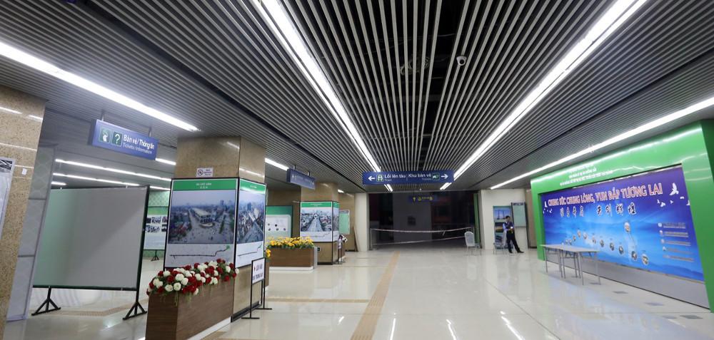 Tầng một rộng rãi, là nơi đặt phòng bán vé và thông tin phục vụ hành khách.